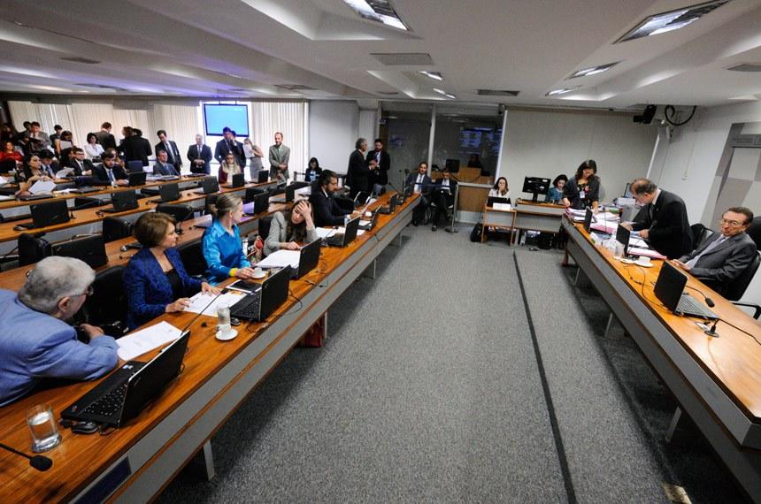 Comissão de Constituição, Justiça e Cidadania (CCJ) realiza reunião com 48 itens. Na pauta, o PLS 320/2015, que criminaliza o porte de arma branca.  Presidente da CCJ, senador Edison Lobão (PMDB-MA) à mesa   Foto: Edilson Rodrigues/Agência Senado