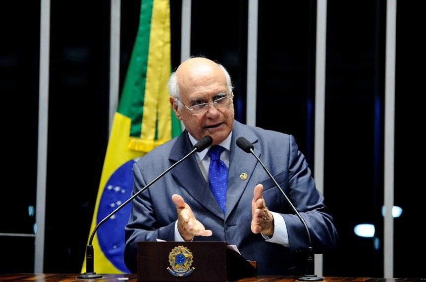 Plenário do Senado durante sessão deliberativa extraordinária.  Em discurso, à tribuna, senador Lasier Martins (PSD-RS).  Foto: Marcos Oliveira/Agência Senado