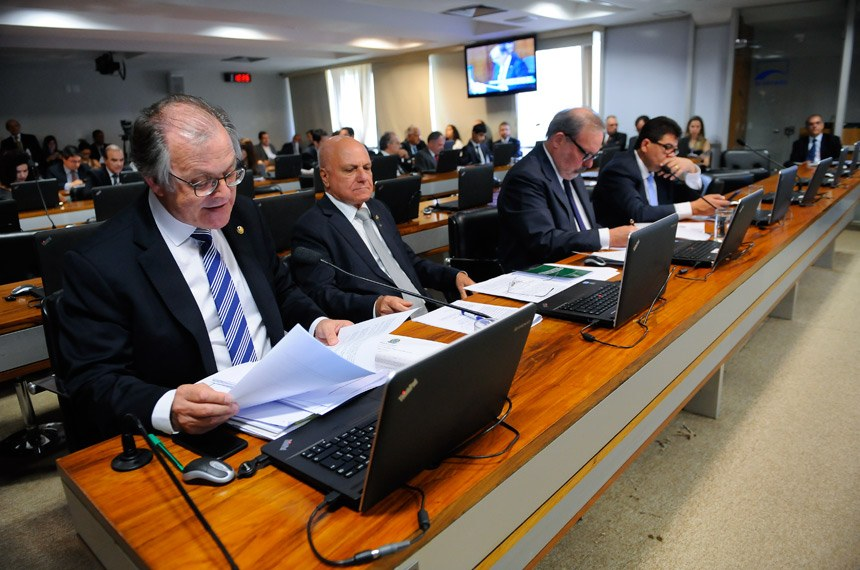 Senador Dalírio Beber (à esq.), relator do projeto na Comissão de Assuntos Econômicos (CAE)