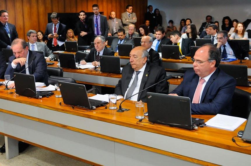 Comissão de Assuntos Econômicos (CAE)  realiza reunião para apreciação do relatório do grupo de trabalho de reformas microeconômicas.   Bancada: senador Armando Monteiro (PTB-PE);  senador Cristovam Buarque (PPS-DF);  senador Fernando Bezerra Coelho (PMDB-PE);  senador Garibaldi Alves Filho (PMDB-RN);  senador José Agripino (DEM-RN);  senador Pedro Chaves (PSC-MS);  senador Tasso Jereissati (PSDB-CE).  Foto: Pedro França/Agência Senado