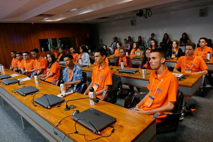 """Estudantes do Projeto Jovens senadores 2017 participam de atividade legislativa em comissões. O Jovem Senador é um projeto anual que seleciona, por meio de um concurso de redação, 27 estudantes para vivenciarem o trabalho dos senadores. A cada ano, um novo tema é lançado. Em 2017, o tema é """"Brasil plural: para falar de intolerância"""".   Participam:  1ª colocada, Bruna Neri Cardoso Brandão (DF);  2º colocado, Silmark de Araújo Alencar (MA);  3ª colocada, Raissa de Souza Reis (AM);  Sarah Evellyn Oliveira Borges (AC);  Jonatha Marcone Silva de Deus (AL);  Judhy Jael Serrão de Lima (AP);  Rafael Ramon Santos Sena da Silva (BA);  Antonio Werberton Lopes da Silva (CE);  Felipe Poggian Afonso (ES);  Gilberto Gonçalves Gomes Filho (GO);  Victor Matheus de Campos Leite Neves (MT);  Amanda da Silva Duarte (MS);  Elienaira Adriele dos Reis (MG);  Gabriela da Silva Nascimento (PA);  Maria Eduarda Pereira de Oliveira (PB);  Vitória Caroline de Almeida (PR);  Willyane Fernanda Barbosa de Pontes (PE);  Ana Letícia de Sousa Fialho (PI);  Matheus Braga Couto (RJ);  Maria Luisa Baracho de Souza (RN);  Geysa Berton (RS);  Maique Suile Carmo dos Santos (RO);  Darlan Paulino da Silva Filho (RR);  Vanessa Loss Secchi (SC);  Luiz Gabriel Natividade Lima (SP);  Letícia Soares Ramalho (SE);  Gabriel Fernandes Mendes (TO).  Foto: Roque de Sá/Agência Senado"""