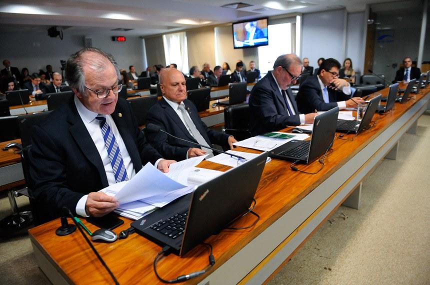 Comissão de Assuntos Econômicos (CAE)  realiza reunião para apreciação do relatório do grupo de trabalho de reformas microeconômicas.   Bancada: senador Dalírio Beber (PSDB-SC), em pronunciamento; senador Sérgio de Castro (PDT-ES); senador Armando Monteiro (PTB-PE); senador Cidinho Santos (PR-MT).  Foto: Pedro França/Agência Senado senador Armando Monteiro (PTB-PE);