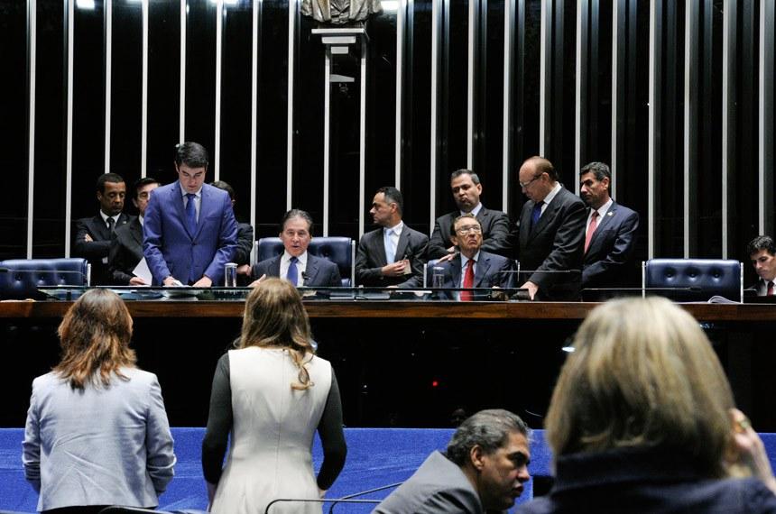 Plenário do Senado durante sessão deliberativa extraordinária. Ordem do dia.  Mesa: presidente do Senado, senador Eunício Oliveira (PMDB-CE); senador Edison Lobão (PMDB-MA).  Bancada: senador Hélio José (Pros-DF);  senador Reguffe (Sem partido-DF);  senadora Gleisi Hoffmann (PT-PR);  senadora Vanessa Grazziotin (PCdoB-AM).  Foto: Edilson Rodrigues/Agência Senado