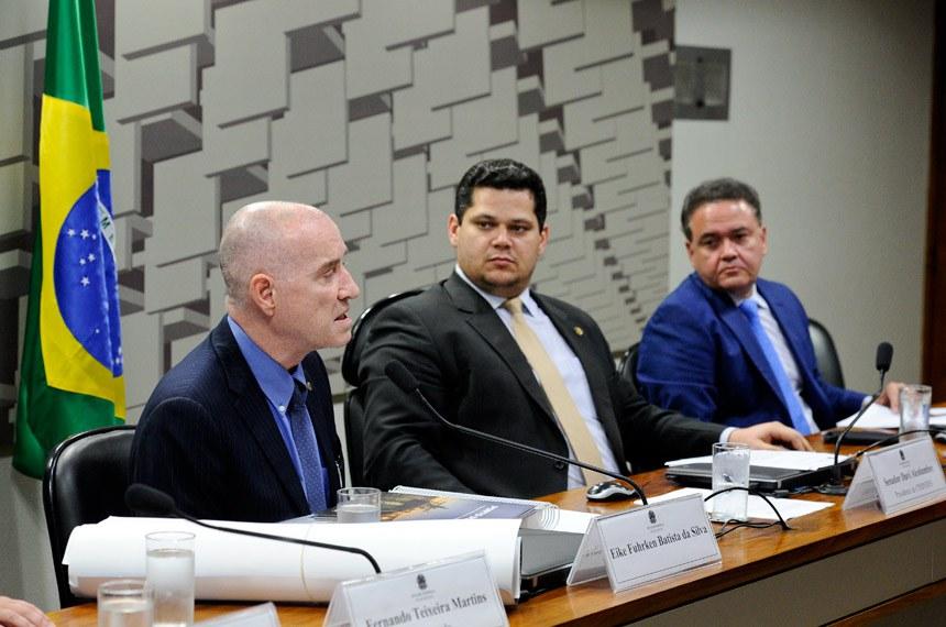 CPIBNDES - CPI do BNDES realiza reunião para ouvir depoimento o empresário fundador do grupo EBX, Eike Batista.  Mesa: empresário Eike Fuhrken Batista da Silva; presidente da CPIBNDES, senador Davi Alcolumbre (DEM-AP);  relator da CPIBNDES, senador Roberto Rocha (PSB-MA);   Foto: Marcos Oliveira/Agência Senado