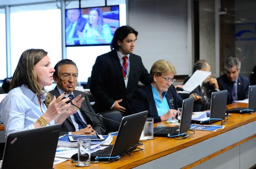 Comissão de Relações Exteriores e Defesa Nacional  (CRE) realiza reunião com 2 itens. Na pauta, PLC 147/2017, que reestrutura o quadro de oficiais e praças da Marinha.  Bancada: senadora Vanessa Grazziotin (PCdoB-AM); senador Edison Lobão (PMDB-MA);  senadora Ana Amélia (PP-RS); ex-senador Inácio Arruda; senador Jorge Viana (PT-AC).  Foto: Geraldo Magela/Agência Senado