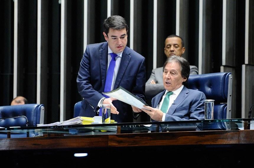 Plenário do Senado Federal durante sessão deliberativa extraordinária.   À mesa, presidente do Senado Federal, senador Eunício Oliveira (PMDB-CE), conduz sessão.  Foto: Marcos Oliveira/Agência Senado