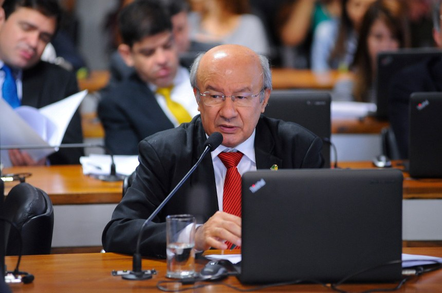 Comissão de Assuntos Econômicos (CAE)  realiza reunião para apreciação do relatório do grupo de trabalho de reformas microeconômicas.   Em pronunciamento,senador José Pimentel (PT-CE).   Foto: Pedro França/Agência Senado