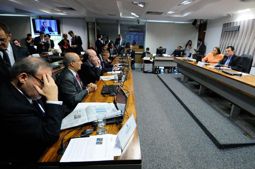 Comissão de Serviços de Infraestrutura (CI) realiza reunião deliberativa com 18 itens. Entre eles, o PLC 65/2014, que obriga instalação de pontos de recarga para veículos elétricos em vias públicas e em ambientes residenciais e comerciais.  Mesa (E/D): senadora Fátima Bezerra (PT-RN) presidente da CI, senador Eduardo Braga (PMDB-AM).   Participam: senador Armando Monteiro (PTB-PE); senador José Pimentel (PT-CE); senador Hélio José (Pros-DF); senador Acir Gurgacz (PDT-RO);  senador Ricardo Ferraço (PSDB-ES); senador Flexa Ribeiro (PSDB-PA);  Foto: Geraldo Magela/Agência Senado