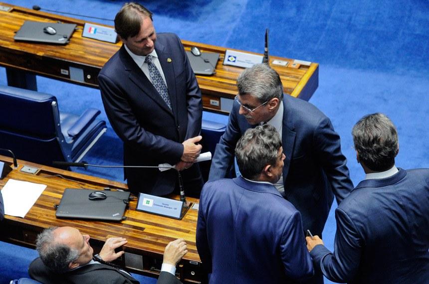 Plenário do Senado durante sessão deliberativa ordinária.  À bancada: senador Acir Gurgacz (PDT-RO); senador Cristovam Buarque (PPS-DF);  senador Romero Jucá (PMDB-RR);  senador Sérgio de Castro (PDT-ES); senador Zeze Perrella (PMDB-MG).  Foto: Marcos Oliveira/Agência Senado