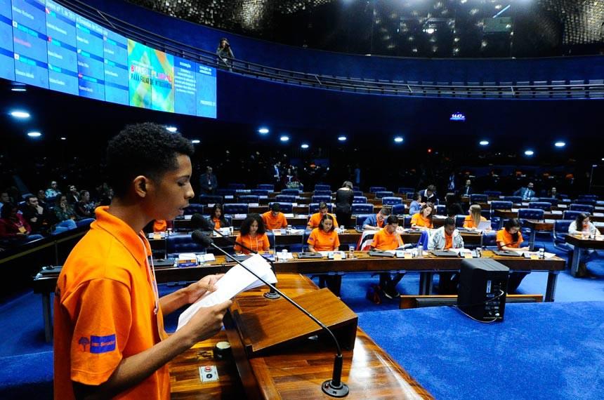 Jovem Senador 2017 - Plenário do Senado durante sessão de votação dos projetos do Programa Senado Jovem Brasileiro 2017.  Em discurso, à tribuna, Rafael Ramon Santos Sena da Silva (BA).  Participam:  1ª colocada, Bruna Neri Cardoso Brandão (DF);  2º colocado, Silmark de Araújo Alencar (MA);  3ª colocada, Raissa de Souza Reis (AM);  Sarah Evellyn Oliveira Borges (AC);  Jonatha Marcone Silva de Deus (AL);  Judhy Jael Serrão de Lima (AP);  Antonio Werberton Lopes da Silva (CE);  Felipe Poggian Afonso (ES);  Gilberto Gonçalves Gomes Filho (GO);  Victor Matheus de Campos Leite Neves (MT);  Amanda da Silva Duarte (MS);  Elienaira Adriele dos Reis (MG);  Gabriela da Silva Nascimento (PA);  Maria Eduarda Pereira de Oliveira (PB);  Vitória Caroline de Almeida (PR);  Willyane Fernanda Barbosa de Pontes (PE);  Ana Letícia de Sousa Fialho (PI);  Matheus Braga Couto (RJ);  Maria Luisa Baracho de Souza (RN);  Geysa Berton (RS);  Maique Suile Carmo dos Santos (RO);  Darlan Paulino da Silva Filho (RR);  Vanessa Loss Secchi (SC);  Luiz Gabriel Natividade Lima (SP);  Letícia Soares Ramalho (SE);  Gabriel Fernandes Mendes (TO).  Foto: Geraldo Magela/Agência Senado