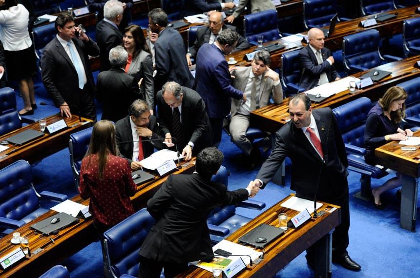 Plenário do Senado durante sessão não deliberativa.  O senador Omar Aziz (PSD-AM) cumprimenta o senador Randolfe Rodrigues (Rede-AP).  Foto: Moreira Mariz/Agência Senado