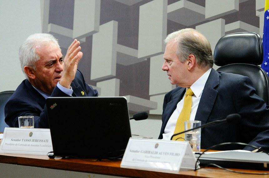 Comissão de Assuntos Econômicos (CAE) realiza reunião para apreciação do relatório de avaliação do Simples Nacional.    Mesa: senador Otto Alencar (PSD-BA); presidente da CAE, senador Tasso Jereissati (PSDB-CE).  Foto: Geraldo Magela/Agência Senado