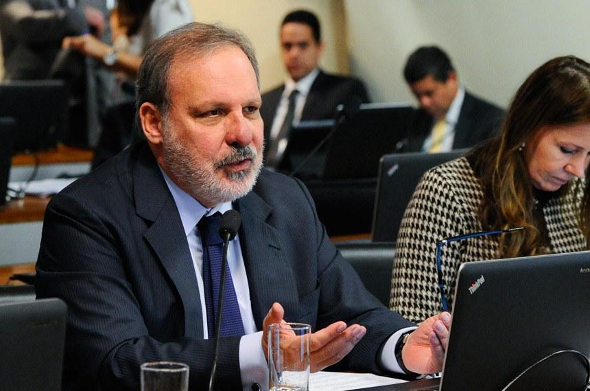 Comissão de Assuntos Econômicos (CAE) realiza reunião para apreciação do relatório de avaliação do Simples Nacional.    Em pronunciamento, senador Armando Monteiro (PTB-PE).   Foto: Geraldo Magela/Agência Senado