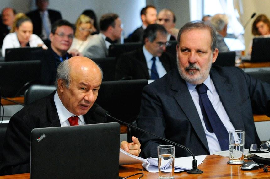 Comissão de Assuntos Econômicos (CAE) realiza reunião para apreciação do relatório de avaliação do Simples Nacional.    Bancada: senador José Pimentel (PT-CE) - em pronunciamento; senador Armando Monteiro (PTB-PE).   Foto: Geraldo Magela/Agência Senado
