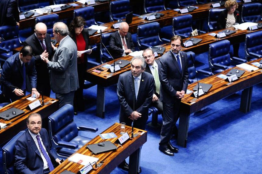 Plenário do Senado durante sessão deliberativa ordinária. Ordem do dia.  Participam: senador Acir Gurgacz (PDT-RO);  senador Armando Monteiro (PTB-PE);  senador Raimundo Lira (PMDB-PB);  senador Reguffe (Sem partido-DF);  senador Sérgio de Castro (PDT-ES);  senadora Simone Tebet (PMDB-MS).  Foto: Marcos Oliveira/Agência Senado