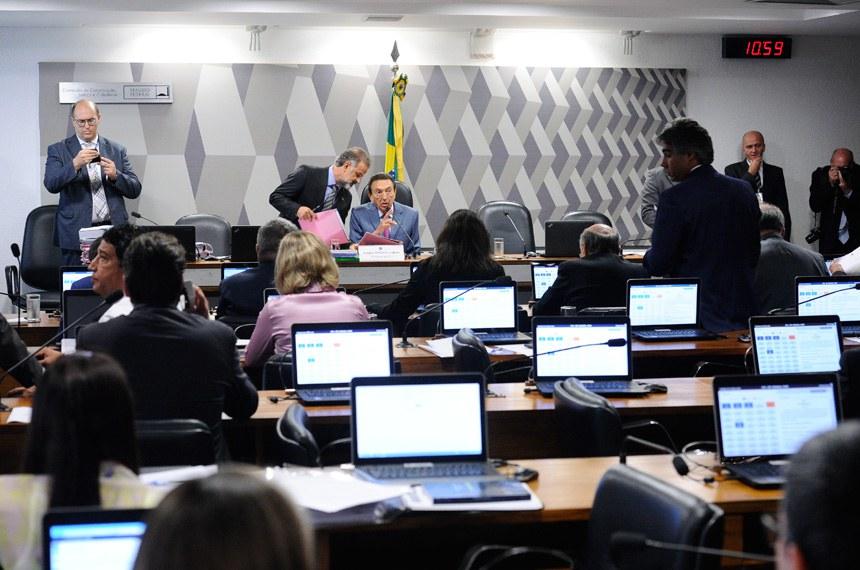 Comissão de Constituição, Justiça e Cidadania (CCJ) realiza reunião com 40 itens. Na pauta, o PLC 146/2017, que restringe a saída temporária de presos.  Em pronunciamento, à mesa, presidente da CCJ, senador Edison Lobão (PMDB-MA).  Foto: Marcos Oliveira/Agência Senado