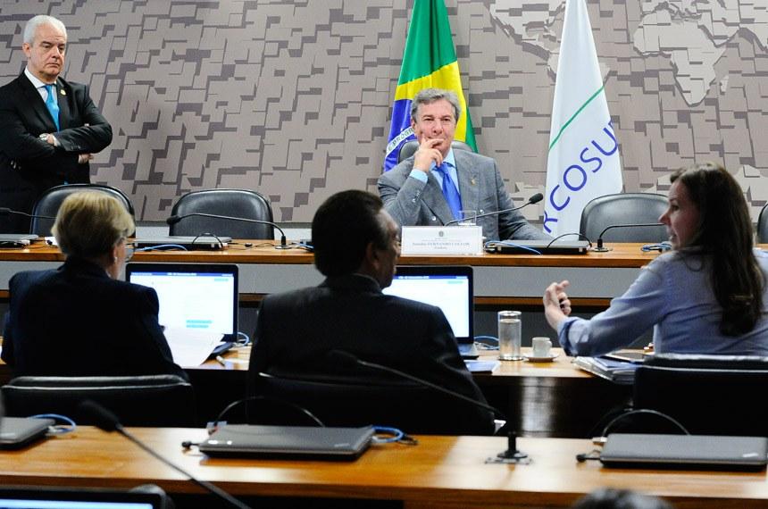 Comissão de Relações Exteriores e Defesa Nacional  (CRE) realiza reunião com 2 itens. Na pauta, PLC 147/2017, que reestrutura o quadro de oficiais e praças da Marinha.  Mesa: presidente da CRE, senador Fernando Collor (PTC-AL).  À bancada: senador Lasier Martins (PSD-RS); senador Pedro Chaves (PSC-MS);  senadora Vanessa Grazziotin (PCdoB-AM); senador Edison Lobão (PMDB-MA);  senadora Ana Amélia (PP-RS).  Foto: Geraldo Magela/Agência Senado