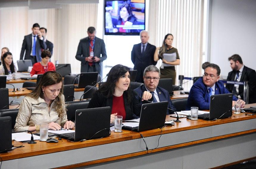 A relatora, senadora Simone Tebet (2º à esq.), afirmou que o procedimento trará agilidade na identificação, especialmente quando há tentativa de tráfico da criança