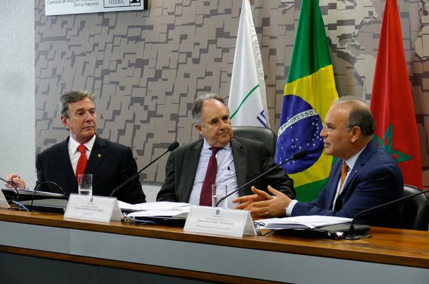 Grupo Parlamentar Brasil-Marrocos (GPARBMAR) realiza reunião ordinária com a presença do Embaixador do Reino do Marrocos no Brasil.  Mesa: presidente da CRE, senador Fernando Collor (PTC-AL); presidente da GPARBMAR, senador Cristovam Buarque (PPS-DF); embaixador do Reino do Marrocos no Brasil, Nabil Adghoghi.  Foto: Roque de Sá/Agência Senado