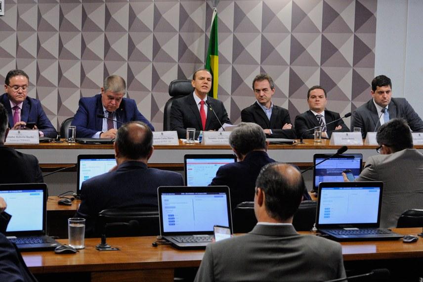 Comissão Parlamentar Mista de Inquérito da JBS (CPMI-JBS) e CPI do BNDES (CPIBNDES) realizam depoimento do controlador do grupo J&F.   Mesa:  relator da CPIBNDES, senador Roberto Rocha (PSDB-MA);  relator da CPMI-JBS, deputado Carlos Marun (PMDB-MS);  presidente da CPMI-JBS, senador Ataídes Oliveira (PSDB-TO);  controlador do grupo J&F, Joesley Batista;  advogado Ticiano Figueiredo;  advogado Pedro Ivo Velloso.  Foto: Edilson Rodrigues/Agência Senado