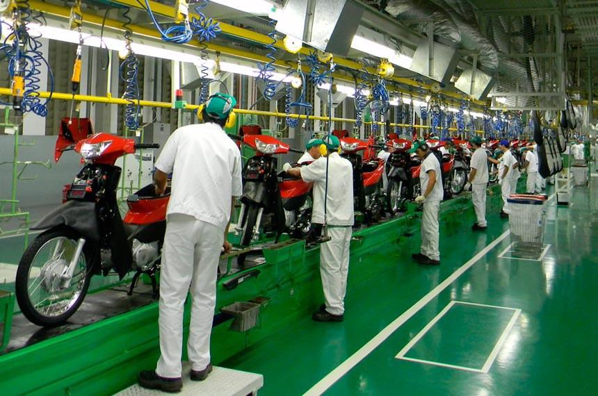 BIE - Linha de montagem da fábrica Moto Honda da Amazônia, Zona Franca de Manaus (ZFM).  A Honda brasileira é hoje campeã de produtividade: a cada vinte segundos sai uma moto de sua linha de montagem – metade do tempo médio registrado nas outras oito unidades que a multinacional possui fora do Japão.