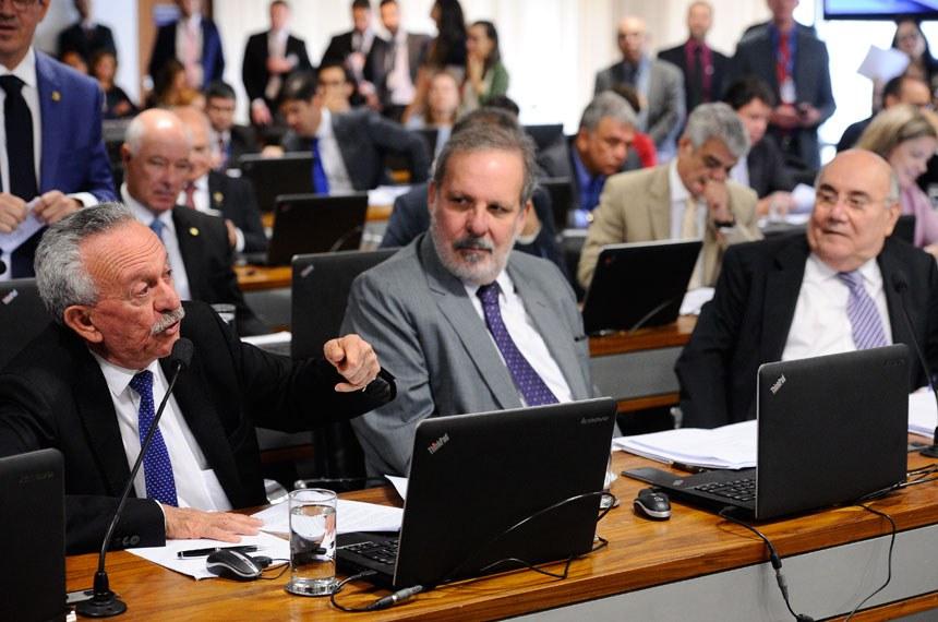 Comissão de Constituição, Justiça e Cidadania (CCJ) realiza reunião deliberativa com 40 itens. Na pauta, o PLC 146/2017, que restringe a saída temporária de presos.   Participam: senador Benedito de Lira (PP-AL); senador Armando Monteiro (PTB-PE); senador Flexa Ribeiro (PSDB-PA).  Foto: Marcos Oliveira/Agência Senado