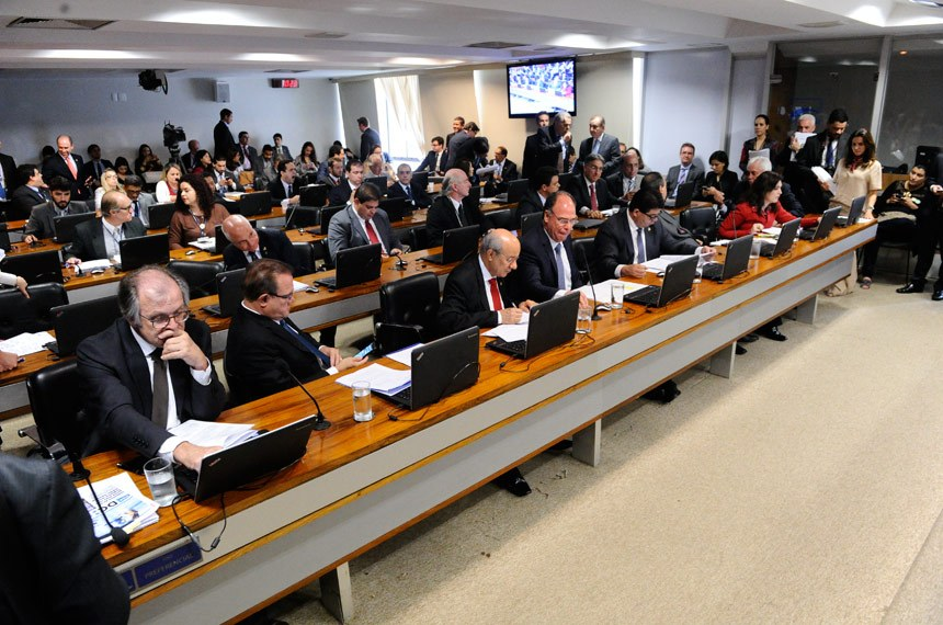 Comissão de Assuntos Econômicos (CAE) realiza reunião 20 itens. Entre eles, o PLC 93/2017, que cria cargos efetivos no TRE de São Paulo; em seguida, avaliação de políticas públicas de petróleo e gás natural, telecomunicações, defesa e transportes  Participam: senador Dalírio Beber (PSDB-SC); senador Fernando Bezerra Coelho (PMDB-PE);  senador José Pimentel (PT-CE); senadora Simone Tebet (PMDB-MS).  Foto: Pedro França/Agência Senado
