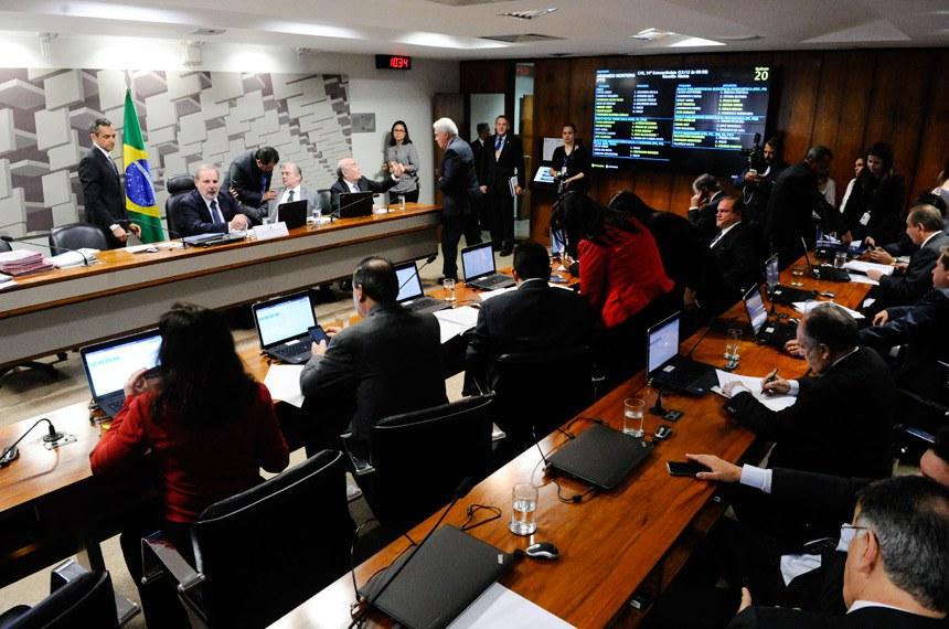 Comissão de Assuntos Econômicos (CAE) realiza reunião 20 itens. Entre eles, o PLC 93/2017, que cria cargos efetivos no TRE de São Paulo; em seguida, avaliação de políticas públicas de petróleo e gás natural, telecomunicações, defesa e transportes  Mesa: presidente eventual da CAE, senador Armando Monteiro (PTB-PE); relator do PLC 161/2017, senador Tasso Jereissati (PSDB-CE);  senador Flexa Ribeiro (PSDB-PA).  Foto: Pedro França/Agência Senado