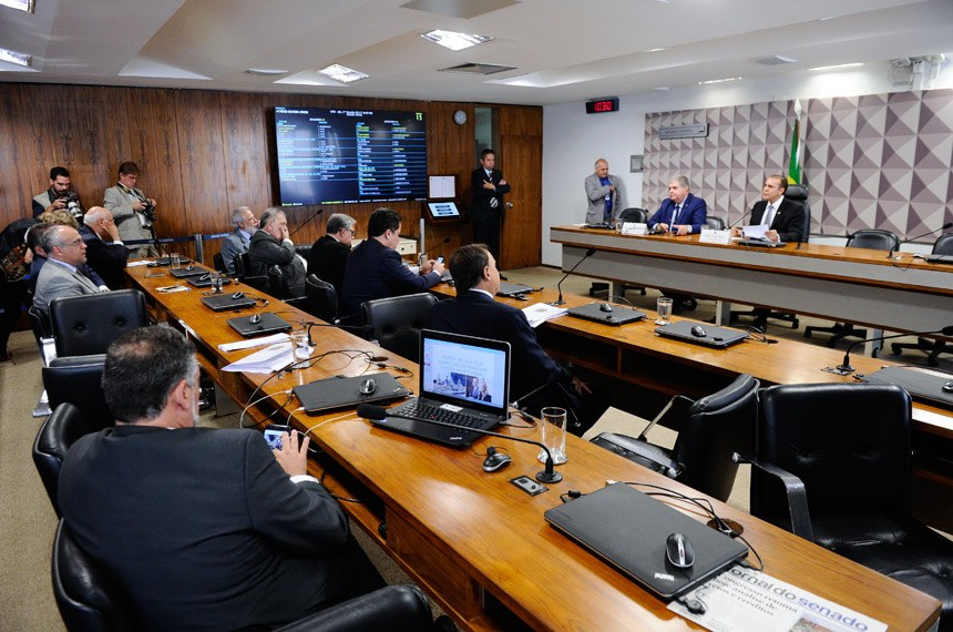 Comissão Parlamentar Mista de Inquérito da JBS (CPMI-JBS) realiza reunião deliberativa para apresentação e apreciação do relatório final.   Mesa:  relator-geral da CPMI-JBS, deputado Carlos Marun (PMDB-MS);  presidente da CPMI-JBS, senador Ataídes Oliveira (PSDB-TO).  Foto: Marcos Oliveira/Agência Senado