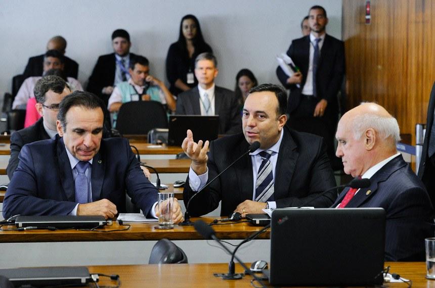 Comissão Parlamentar Mista de Inquérito da JBS (CPMI-JBS) realiza reunião deliberativa para apresentação e apreciação do relatório final.   Participam: deputado Hugo Leal (PSB/RJ); deputado Delegado Francischini (SD/PR) - em pronunciamento; senador Lasier Martins (PSD-RS).  Foto: Marcos Oliveira/Agência Senado
