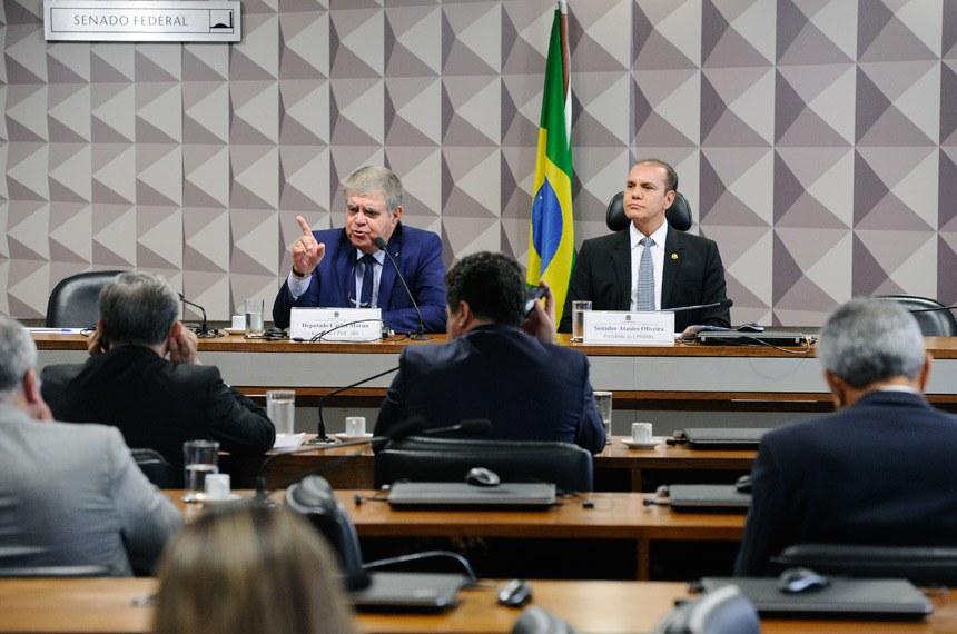 Comissão Parlamentar Mista de Inquérito da JBS (CPMI-JBS) realiza reunião para apresentação e apreciação do relatório final.  Mesa:  relator-geral da CPMI-JBS, deputado Carlos Marun (PMDB-MS) - em pronunciamento;  presidente da CPMI-JBS, senador Ataídes Oliveira (PSDB-TO).  Foto: Marcos Oliveira/Agência Senado