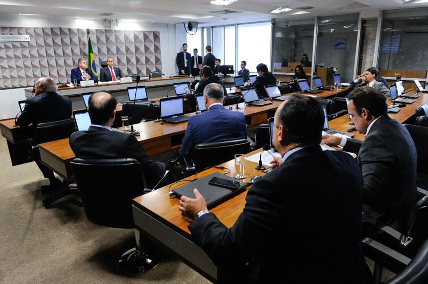 Comissão Parlamentar Mista de Inquérito da JBS (CPMI-JBS) realiza reunião deliberativa para votação do relatório final.   Mesa:  relator-geral da CPMI-JBS, deputado Carlos Marun (PMDB-MS);  presidente da CPMI-JBS, senador Ataídes Oliveira (PSDB-TO).  Foto: Roque de Sá/Agência Senado