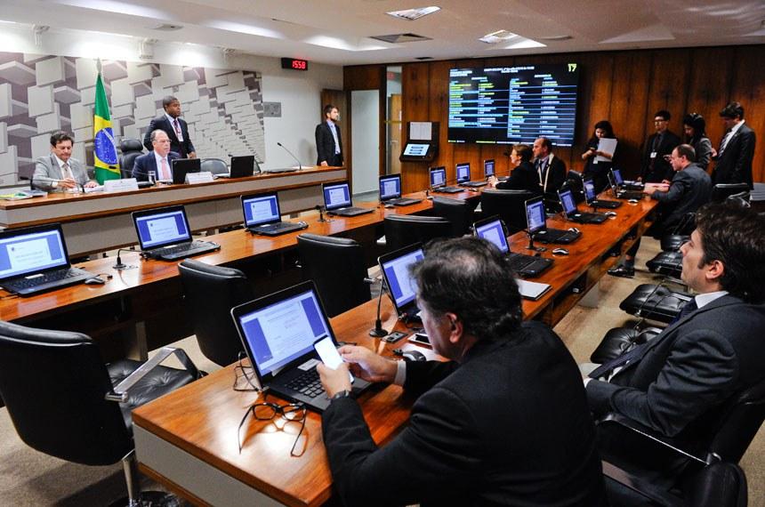 Comissão Mista da Medida Provisória nº 802, de 2017, que dispõe sobre o Programa Nacional de Microcrédito Produtivo Orientado, realiza reunião deliberativa para apreciação de relatório.   Mesa:  relator da CMMPV 802/2017, deputado Otavio Leite (PSDB-RJ);  presidente da CMMPV 802/2017, senador Fernando Bezerra Coelho (PMDB-PE).  Foto: Marcos Oliveira/Agência Senado