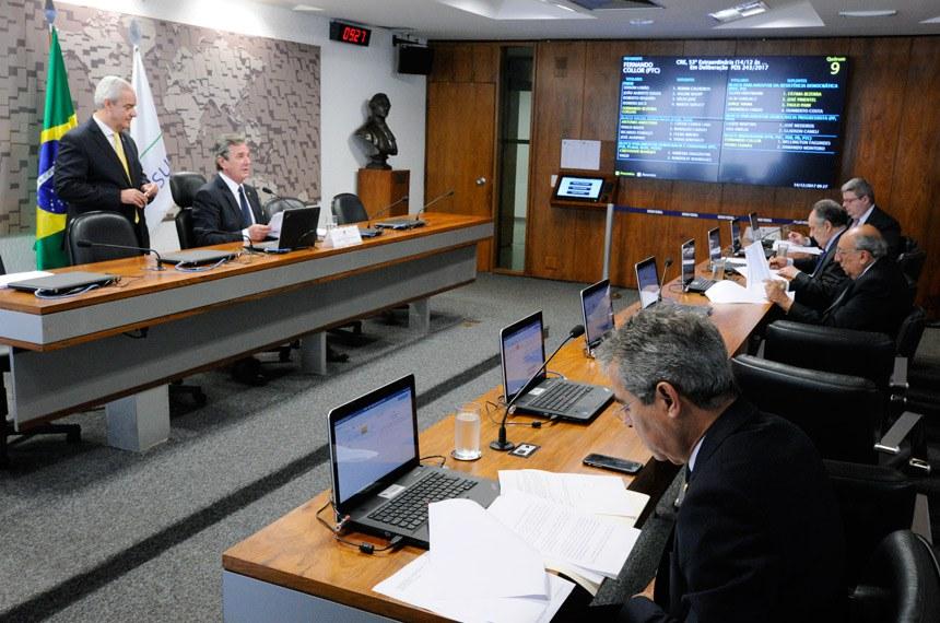 Comissão de Relações Exteriores e Defesa Nacional (CRE) realiza reunião deliberativa com 7 itens.    À mesa, presidente da CRE, senador Fernando Collor (PTC-AL).  Foto: Edilson Rodrigues/Agência Senado