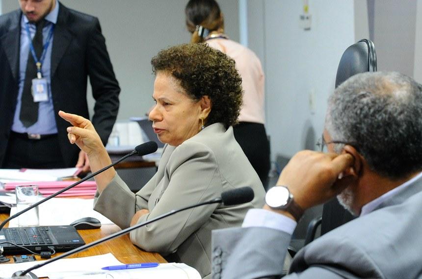 Comissão de Direitos Humanos e Legislação Participativa realiza audiência pública sobre regularização fundiária no Distrito Federal e Entorno.   E/D: presidente da CDH, senadora Regina Sousa (PT-PI);  vice-presidente, senador Paulo Paim (PT-RS).   Foto: Geraldo Magela/Agência Senado