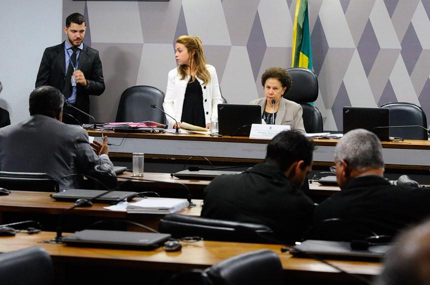 Comissão de Direitos Humanos e Legislação Participativa realiza audiência pública sobre regularização fundiária no Distrito Federal e Entorno.   Presidente da CDH, senadora Regina Sousa (PT-PI) à mesa em pronunciamento.  Foto: Geraldo Magela/Agência Senado