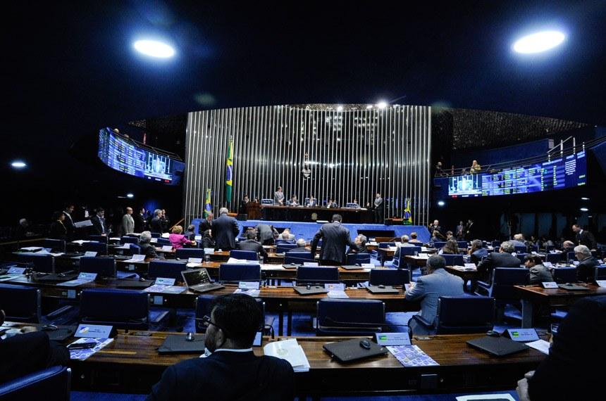 Plenário do Senado Federal durante sessão deliberativa extraordinária. Geral do plenário. À mesa, presidente do Senado Federal, senador Eunício Oliveira (PMDB-CE), conduz sessão. Foto: Edilson Rodrigues/Agência Senado