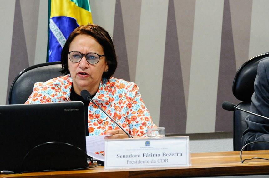 Comissão de Desenvolvimento Regional e Turismo (CDR) realiza reunião para avaliação de política sobre segurança hídrica e gestão das águas nas regiões Norte e Nordeste.  Em pronunciamento, à mesa, presidente da CDR, senadora Fátima Bezerra (PT-RN).  Foto: Geraldo Magela/Agência Senado