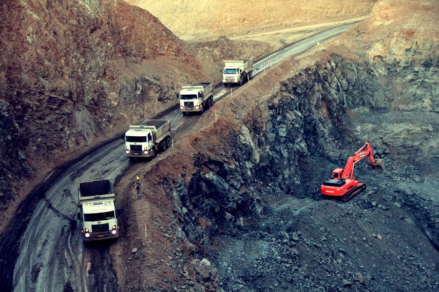A participação do Brasil no contexto internacional de mineração de nióbio é de nada menos que 96% da produção mundial. Em Minas Gerais, está concentrado cerca de 91% do total nacional, mais especificamente em Araxá, no Alto Paranaíba, onde a Companhia Brasileira de Mineração e Metalurgia (CBMM) opera a maior das três únicas minas de  grande porte em operação no mundo. A empresa, que detém reservas com durabilidade estimada em 200 anos, prevê crescimento de 60% nas vendas de nióbio até 2015. Parte desse aumento está fundamentado nas perspectivas de maiores contratos com a China, segundo o Instituto Brasileiro de Mineração (Ibram).