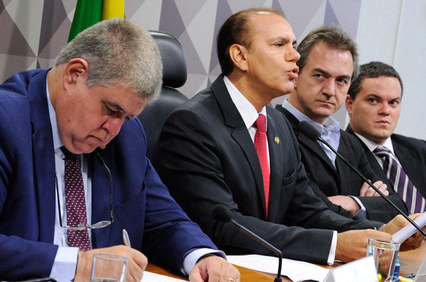 Comissão Parlamentar Mista de Inquérito da JBS (CPMI-JBS) e CPI do BNDES (CPIBNDES) realizam depoimento do controlador do grupo J&F.   Mesa:  relator da CPMI-JBS, deputado Carlos Marun (PMDB-MS);  presidente da CPMI-JBS, senador Ataídes Oliveira (PSDB-TO);  controlador do grupo J&F, Joesley Batista;  advogado Ticiano Figueiredo.  Foto: Edilson Rodrigues/Agência Senado