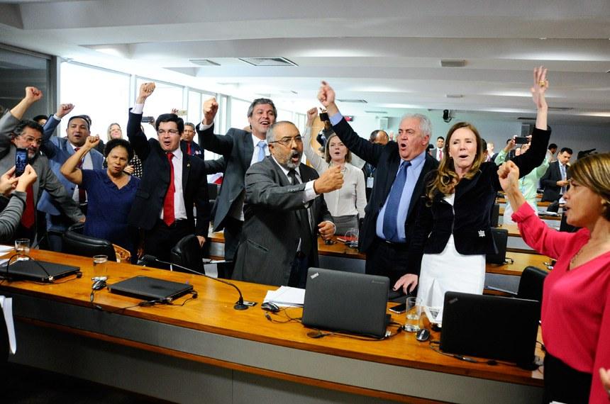 Comissão de Assuntos Sociais (CAS) rejeita, por 10 votos a 9, relatório de Ricardo Ferraço (PSDB-ES) sobre a reforma trabalhista. O resultado é aplaudido e comemorado por senadores de oposição.  Participam: senador Lindbergh Farias (PT-RJ);  senador Otto Alencar (PSD-BA);  senador Paulo Paim (PT-RS);  senador Paulo Rocha (PT-PA);  senador Randolfe Rodrigues (Rede-AP); senadora Regina Sousa (PT-PI);  senadora Vanessa Grazziotin (PCdoB-AM); senadora Ângela Portela (PDT-RR).  Foto: Geraldo Magela/Agência Senado