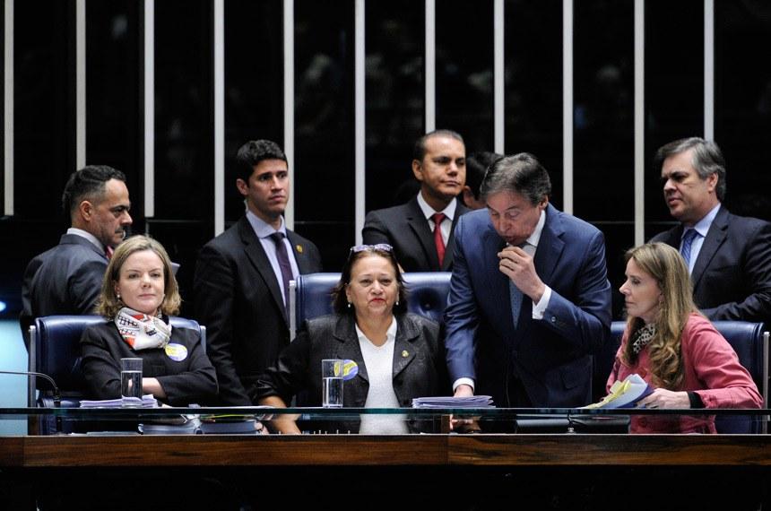 Plenário do Senado Federal durante sessão deliberativa extraordinária destinada à votação da Reforma Trabalhista (PLC 38/2017).   O presidente da Casa, senador Eunício Oliveira (PMDB-CE), suspende a sessão plenária. A expectativa dele é votar o PLC 38/2017 ainda hoje.   Mesa:  senadora Gleisi Hoffmann (PT-PR);  senadora Fátima Bezerra (PT-RN);  senadora Vanessa Grazziotin (PCdoB-AM)   Foto: Edilson Rodrigues/Agência Senado
