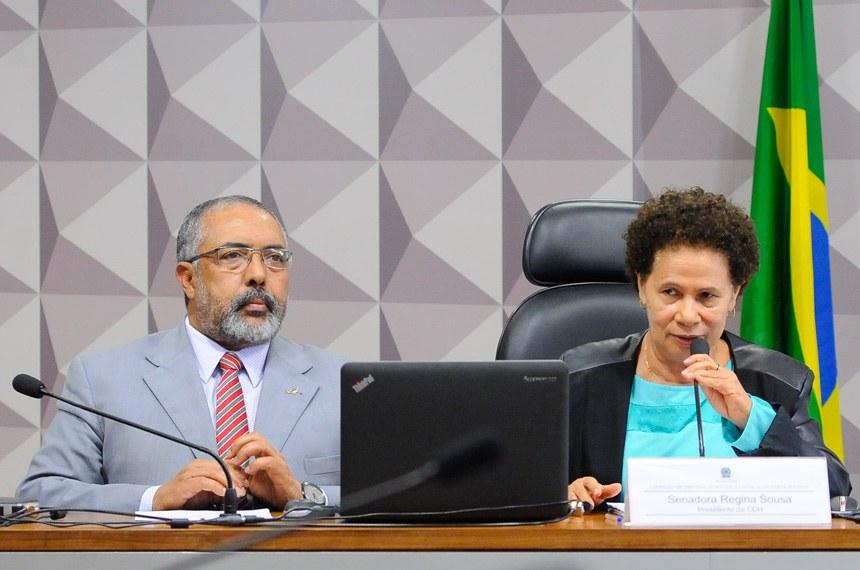 Comissão de Direitos Humanos e Legislação Participativa (CDH) realiza reunião para apreciação das emendas ao PLN 1/2017 (LDO 2018). Na sequência, deliberativa com 19 itens, entre eles, o PLS 650/2011, que propõe demandas de acessibilidade no âmbito do Programa Minha Casa Minha Vida.  Mesa: vice-presidente da CDH, senador Paulo Paim (PT-RS); presidente da CDH, senadora Regina Sousa (PT-PI).  Foto: Pedro França/Agência Senado