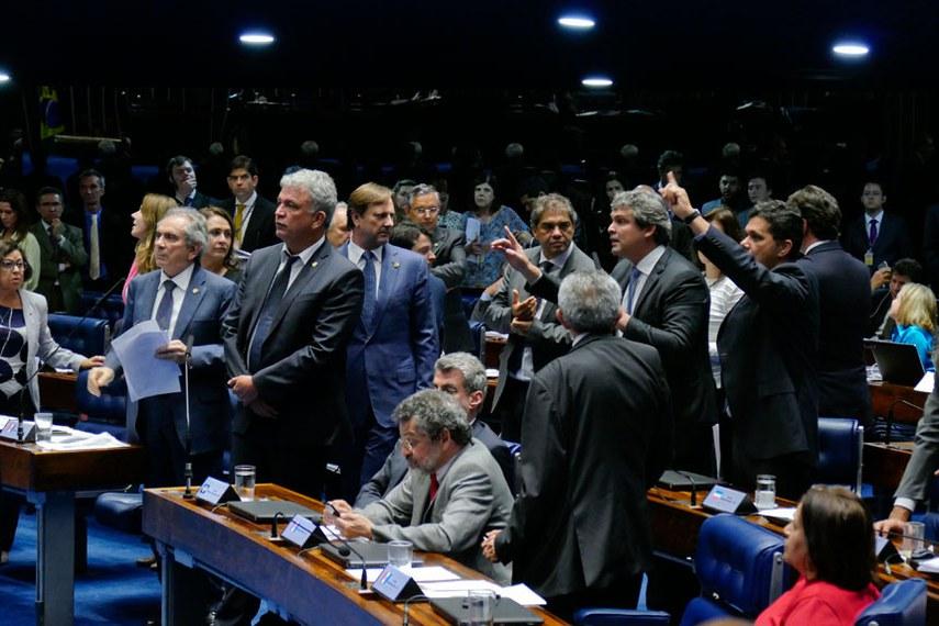 Plenário do Senado Federal durante sessão deliberativa ordinária.   Bancada: senador Acir Gurgacz (PDT-RO);  senador Benedito de Lira (PP-AL);  senador Hélio José (Pros-DF);  senador Lindbergh Farias (PT-RJ);  senador Paulo Rocha (PT-PA);  senador Raimundo Lira (PMDB-PB);  senador Ricardo Ferraço (PSDB-ES);  senador Romero Jucá (PMDB-RR);  senador Sérgio Petecão (PSD-AC).  Foto: Roque de Sá/Agência Senado