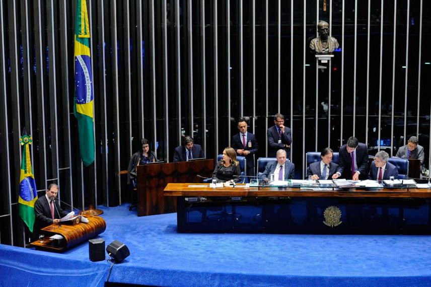 Projeto foi aprovado pelo Plenário no dia 31 de outubro, relatado pelo senador Eduardo Lopes (à esq, na tribuna)