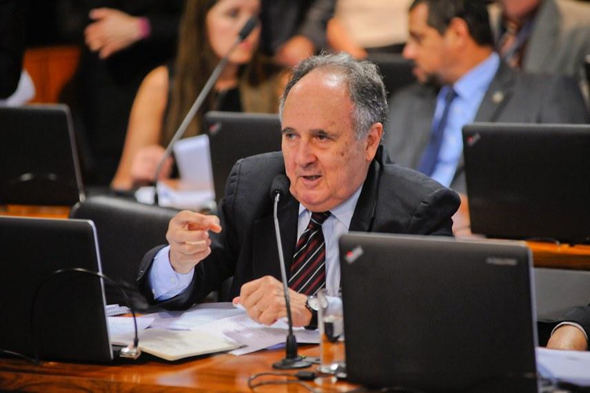 Comissão de Assuntos Econômicos (CAE)  realiza reunião para apreciação do relatório do grupo de trabalho de reformas microeconômicas.   Em pronunciamento, senador Cristovam Buarque (PPS-DF).  Foto: Pedro França/Agência Senado