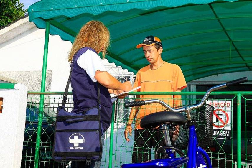 Agente comunitária de saúde visita morador em Joinville.  Há 548 servidores públicos que atuam na função em mais de 76% do município.