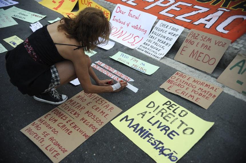 Caminhada silenciosa em Copacabana em protesto pelo direito à livre manifestação e contra a violação de direitos humanos nas favelas.