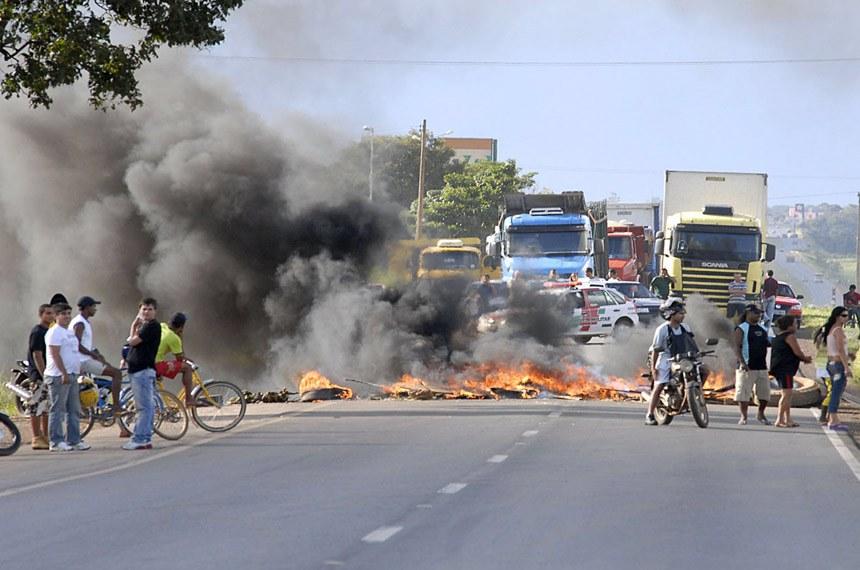 Manifestantes montam barreira com pneus na BR-040,  contra a proibição da venda de bebidas alcoólicas em estradas federais. A BR-040 é a principal estrada que liga Brasília às Regiões Sul e Sudeste. Lei entrou em vigor no dia 1º de fevereiro.