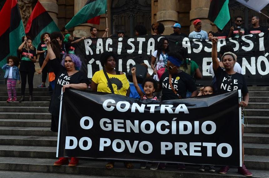 São Paulo -Integrantes de movimentos sociais e de defesa dos direitos da comunidade negra reuniram-se na capital paulista para um dia inteiro de atos na 13ª  Marcha da Consciência Negra (Rovena Rosa/Agência Brasil)